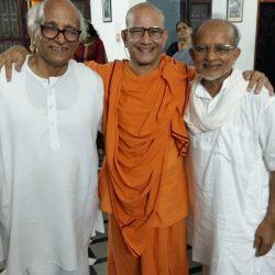 Param Pujya Shantharam Bhandarkar Maharaj (L), and Vinayakananda Swamiji of Ramkrishna Mutt, Bailur (M) with Guruji